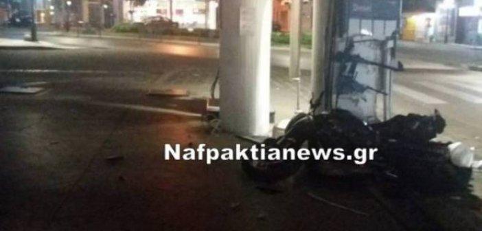 Ναύπακτος: Δίκυκλο προσέκρουσε πάνω στην ίδια κολόνα βενζινάδικου όπως είχε γίνει και παλαιότερα