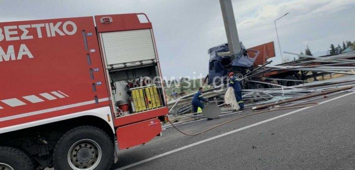 Φοβερό τροχαίο στο Σχηματάρι! Σμπαράλια ένα φορτηγό και ένα ΙΧ – Ένας νεκρός (pics)