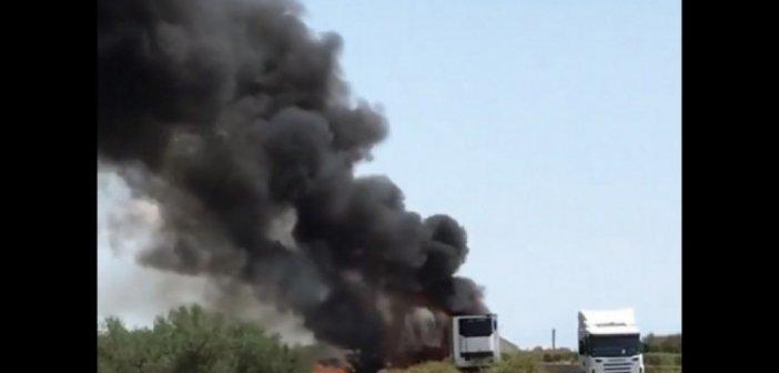 Καίγεται φορτηγό στην Ιόνια Οδό (ΒΙΝΤΕΟ)