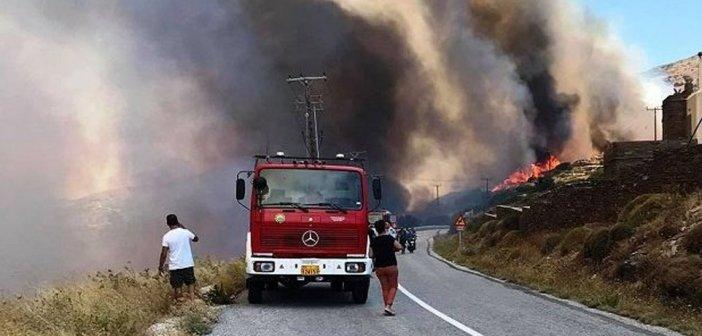 Φωτιά στην Άνδρο – Ενισχύονται οι πυροσβεστικές δυνάμεις – Εκκενώθηκε ο οικισμός Καλαμάκι