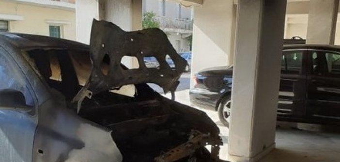 Κάηκε αυτοκίνητο στην πυλωτή πολυκατοικίας στο Μεσολόγγι (ΔΕΙΤΕ ΦΩΤΟ)