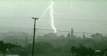 Αγρίνιο: Εντυπωσιακό θέαμα! Η στιγμή που κεραυνός χτυπά κεραία (VIDEO)