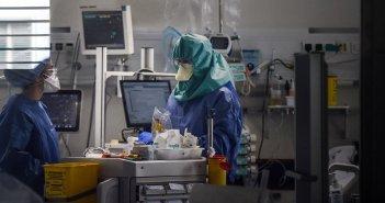 Κορωνοϊός: Αυξήθηκαν οι νοσηλευόμενοι στα νοσοκομεία αναφοράς – Ανησυχία για τα εισαγόμενα κρούσματα