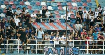 Οπαδοί του Πανιωνίου στην κερκίδα με συνθήματα μετά τον αγώνα με τον Παναιτωλικό