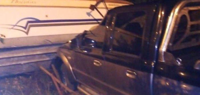 Αγρίνιο: Εκτροπή αγροτικού και σύγκρουση με… σκάφος (ΔΕΙΤΕ ΦΩΤΟ)