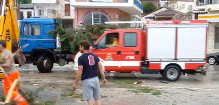 Αμφιλοχία – κακοκαιρία: Συνεργείο του Δήμου με τη βοήθεια της Πυροσβεστικής αποκαθιστούν τα πληγέντα σημεία (ΦΩΤΟ + VIDEO)