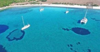 Γαλαζοπράσινα νερά, θάλασσα – λάδι, πας με αμάξι: Η εξωτική παραλία της δυτικής Ελλάδας που κοντράρει τη Λευκάδα