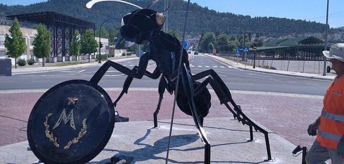Ίσως το πιο κακόγουστο έργο: Τεράστιο μυρμήγκι στα Φάρσαλα συμβολίζει τους Μυρμιδόνες του Αχιλλέα!