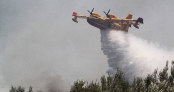 Αιτωλοακαρνανία: Φωτιά στις Οινιάδες – Ισχυρή πυροσβεστική δύναμη – Μετέχουν 4 αεροσκάφη
