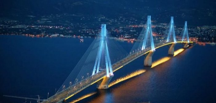 """Γέφυρα """"Χαρίλαος Τρικούπης"""": Σημαιοστολίστηκε και φωταγωγείται γιατί γιορτάζει!"""