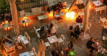Μέτρα για τον κορονοϊό: Πώς ελήφθη η απόφαση να κλείνουν μπαρ και εστιατόρια τα μεσάνυχτα