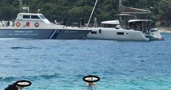 """Πολυτελές σκάφος στη Λευκάδα κόντεψε να """"δέσει"""" στις … ξαπλώστρες! Κινητοποιήθηκε το λιμενικό (ΦΩΤΟ)"""