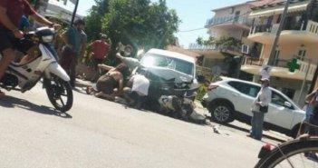 Λευκάδα: Σφοδρή σύγκρουση αυτοκινήτων και δύο μηχανών στην Πεφανερωμένης (ΔΕΙΤΕ ΦΩΤΟ)