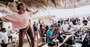 Κρούσματα κορoνοϊού: Γυρίζουν από τις διακοπές στα νησιά και φέρνουν τον ιό στην Αθήνα