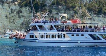 Ιόνιο – Παξοί: Τουρίστες χωρίς μάσκες και αποστάσεις συνωστίζονται σε πλοιάριο στην Μπλε Σπηλιά (ΦΩΤΟ)