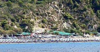 Λευκάδα: Άγνωστη λέξη η απόσταση ανάμεσα σε ομπρέλες σε οργανωμένη παραλία – Δείτε φωτογραφίες