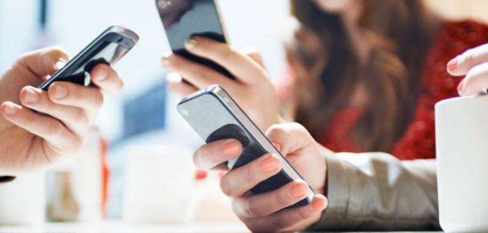 Ερευνα: Πώς τα κινητά τηλέφωνα συσχετίζονται με το ρυθμό μεταβολής των κρουσμάτων κορωνοϊού
