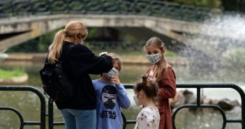 Κορωνοϊός: Οι ενήλικοι ασυμπτωματικοί φορείς μεταδίδουν τον ιό δέκα φορές περισσότερο από τα παιδιά