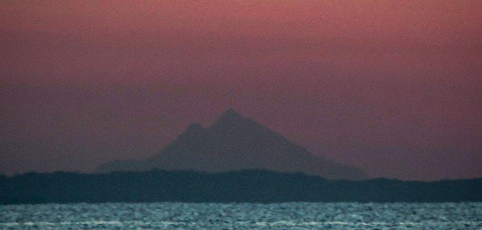 Το όρος Άθως στην ανατολή του Ηλίου από τα παράλια του Ν. Λάρισας (ΦΩΤΟ)