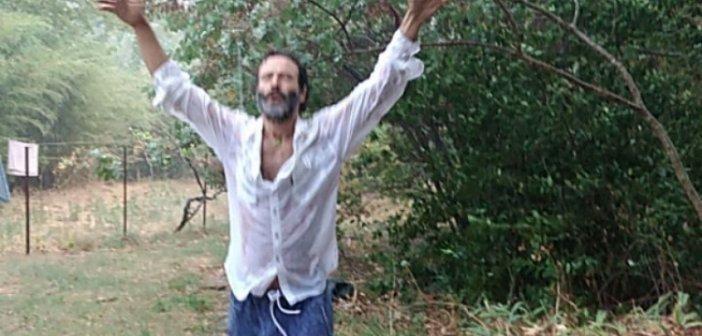 Ο Θανάσης Ευθυμιάδης απολαμβάνει τη βροχή: Χορεύει ξυπόλητος, μούσκεμα στο νερό