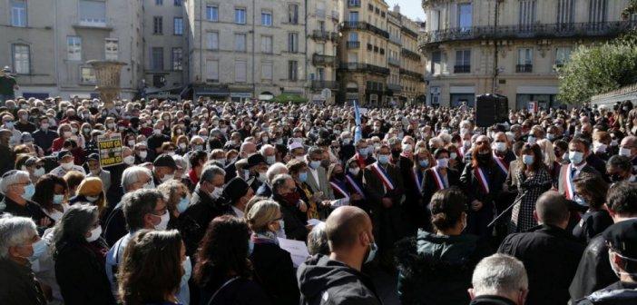 Παρίσι: Χιλιάδες στην πλατεία Δημοκρατίας, φόρος τιμής στον καθηγητή Σαμιέλ Πατί που αποκεφάλισαν