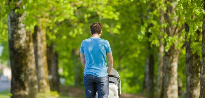 Αδεια πατρότητας δύο μηνών με τη γέννηση του παιδιού εξετάζει το υπουργείο Εργασίας