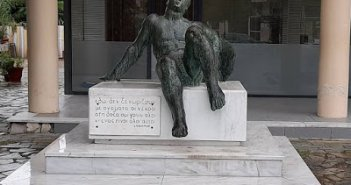 Το ιστορικό μνημείο στην πλατεία του Καινουργίου