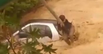 Απίστευτο βίντεο από την Κρήτη: Ανέβηκε σε στύλο για να μην παρασυρθεί από τα νερά