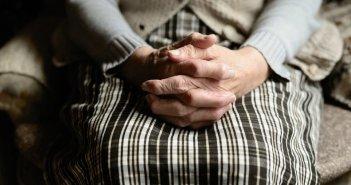Βόλος: Στο «σκαμνί» κόρη που ξυλοκοπούσε την ηλικιωμένη μητέρα της