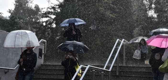 Καιρός: Βροχές, καταιγίδες και πιθανές χαλαζοπτώσεις σήμερα – Πότε θα εξασθενίσουν τα φαινόμενα