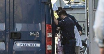 Χρυσή Αυγή: Τυλιγμένη με σεντόνι μεταφέρθηκε από τη ΓΑΔΑ η Βενετία Πόπορη
