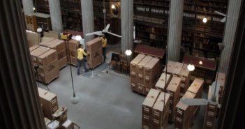 Εθνική Βιβλιοθήκη: Πώς μεταφέρθηκαν χιλιάδες τόμοι από την Πανεπιστημίου στο ΚΠΙΣΝ [βίντεο]