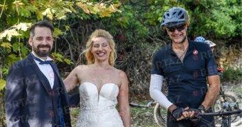 Μητσοτάκης: Έκανε ποδήλατο και… πόζαρε με νεόνυμφους στη γαμήλια φωτογράφισή τους