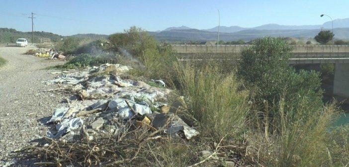 Παράνομες χωματερές διπλά στον Αχελώο: Έρχονται πρόστιμα για τους παραβάτες