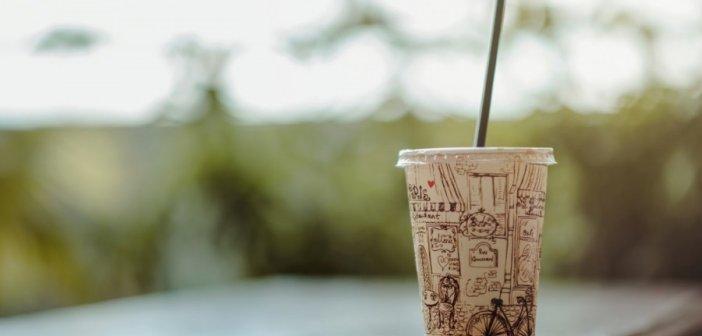 Τέλος σε πλαστικά καλαμάκια, ποτήρια και πιάτα, έκπτωση στους πελάτες που θα φέρνουν δικά τους!