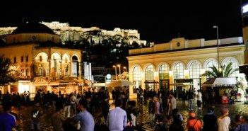 Κοροναϊός: «Βούλιαξαν» οι πλατείες το τελευταίο βράδυ «ελευθερίας» – Σε νυχτερινή καραντίνα πλέον 5,5 εκατ. πολίτες
