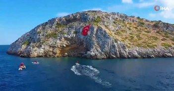 Ανεβάζουν την ένταση οι Τούρκοι: Ύψωσαν τεράστια σημαία τους απέναντι από τα Ίμια