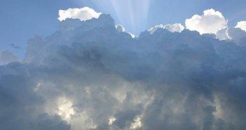 Καιρός: Υποχωρούν τα έντονα φαινόμενα – Συννεφιά και βροχές σήμερα