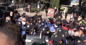 Σε κλοιό Τσάμηδων διαδηλωτών ο Έλληνας Υπουργός Εξωτερικών- Συμπλοκές και συλλήψεις