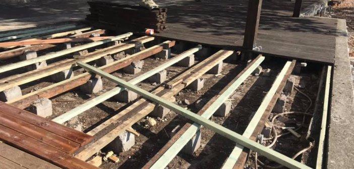 Ναύπακτος: Συνεχίζονται οι εργασίες αποκατάστασης του ξύλινου deck στην παραλία του Γριμπόβου