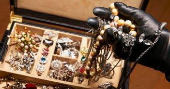 Αίγιο: 'Εκανε τον ασφαλιστή  και αφαίρεσε κοσμήματα σημαντικής αξίας απο ηλικιωμένες