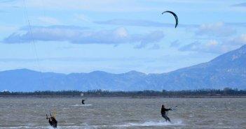 Kitesurfing στα νερά της λιμνοθάλασσας Μεσολογγίου (ΦΩΤΟ)