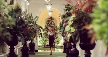 Η Μελάνια στολίζει χριστουγεννιάτικα για τελευταία φορά τον Λευκό Οίκο