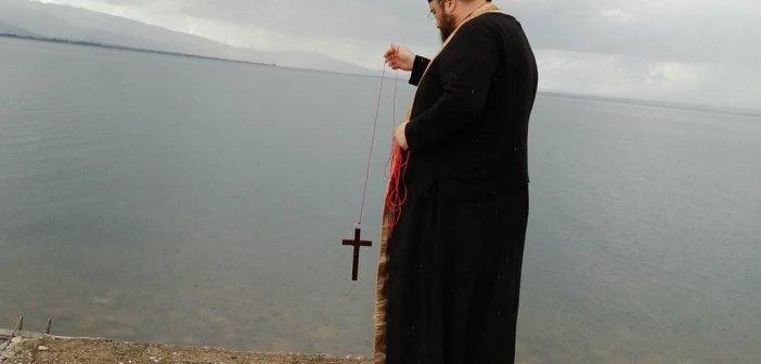 Ιερέας αγίασε τα νερά της Τριχωνίδας