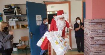 """Ο Άγιος Βασίλης στο Ειδικό Σχολείο """"Μαρία Δημάδη"""", από το 1ο Σύστημα Προσκόπων Αγρινίου"""