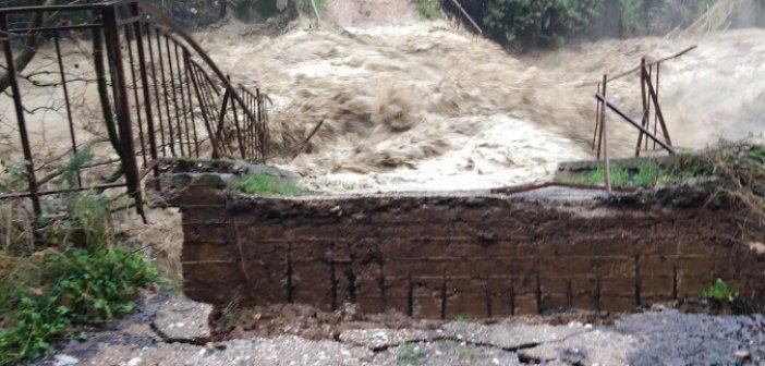 Καμαρούλα: Κατέρρευσε γεφύρι στην Ερμίτσα (ΦΩΤΟ)