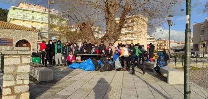 """Save your hood"": 55 άτομα στην Ναύπακτο καθάρισαν την παραλία του Γριμπόβου"