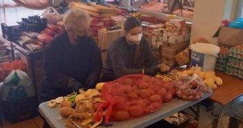 Η Δάφνη Μητσοτάκη καθάρισε πατάτες και συσκεύασε τρόφιμα για καλό σκοπό
