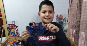 O μικρός καραγκιοζοπαίχτης και δημιουργός φιγούρας από το Μεγανήσι…(video)
