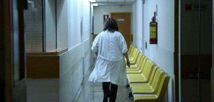 """Κορονοϊός: Νέα """"εκτόξευση"""" με 842 νέα κρούσματα – 21 νεκροί το τελευταίο 24ωρο"""